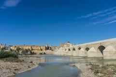 罗马桥梁在科多巴,安大路西亚,南西班牙 库存图片