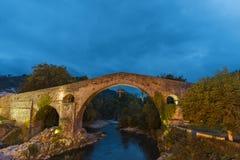 罗马桥梁在cangas de onis 库存图片