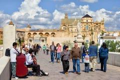 罗马桥梁的人们在科多巴 免版税库存照片