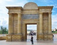 罗马桥梁的门在科多巴 免版税库存图片