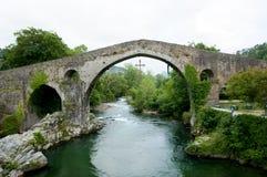 罗马桥梁- Cangas de Onis -西班牙 库存照片