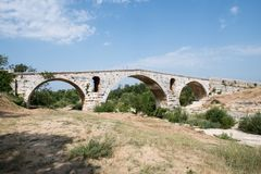 罗马桥梁Pont Julien在Luberon在普罗旺斯,法国 库存照片