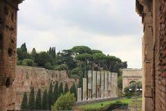 罗马浴废墟和titus曲拱 库存照片