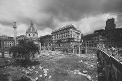 罗马的论坛 罗马 意大利- 2013年6月04日:古老纪念碑、废墟和专栏在罗马广场 emanuele ii ponte vittorio 免版税库存图片