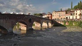 罗马石桥梁叫Ponte彼得拉1世纪A C 在维罗纳意大利- 09/03/2017 股票录像