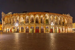 罗马竞技场在维罗纳在晚上,意大利 免版税库存图片