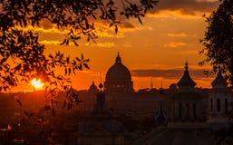 罗马覆以圆顶日落地平线 库存图片