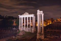 罗马论坛在晚上在罗马 图库摄影