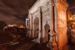 罗马论坛曲拱在晚上 图库摄影