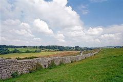 罗马设防Hadrian的墙壁的古老遗骸, 免版税库存图片