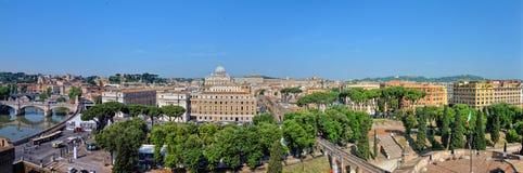 罗马都市风景,对圣伯多禄大教堂的看法从屋顶。 免版税库存照片