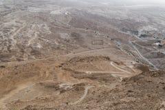 罗马阵营B废墟的鸟瞰图在masada堡垒的arava谷的在以色列 历史废墟 曲拱 免版税库存照片