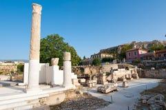 罗马集市在雅典破坏背景的雅典卫城 希腊 库存照片