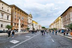 罗马鹅卵石街道在圣皮特圣徒・彼得的广场和圣皮特圣徒・彼得的大教堂之外在梵蒂冈,罗马,意大利 免版税库存照片