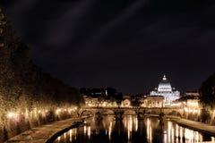 罗马,台伯河,圣皮特圣徒・彼得大教堂在夜之前 库存照片