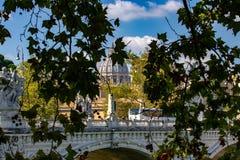 罗马,圣彼得罗岛被看见在与天使的桥梁的分支之间 图库摄影
