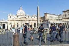 罗马,圣皮特圣徒・彼得的广场入口的警察  图库摄影