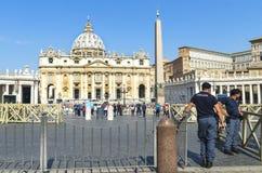罗马,圣皮特圣徒・彼得的广场入口的警察  免版税库存照片