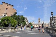 罗马,对Campidoglio广场的Cordonata通入,有铸工和北河三雕象的  库存照片