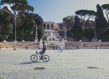 罗马,意大利,前进13 2018年 自行车的人在piazza del popolo 库存图片