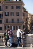 罗马,意大利,2011年10月9日:小组在一次被引导的游览中的学生 库存图片