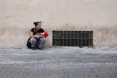 罗马,意大利,2011年10月13日:有婴孩的一名无家可归的妇女请求施舍 图库摄影