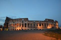 罗马,意大利, 2014年5月30日:人们在小山聚集在colloseum旁边为了拍夜照片 免版税库存图片
