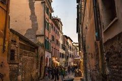 11/09/2018 - 罗马,意大利:trastevere街道在Sunse的罗马 免版税库存照片