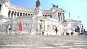 罗马,意大利- 22 06 2018年:人的运动台阶威尼斯方形的近的纪念碑的在荣誉胜者伊曼纽尔II 股票视频