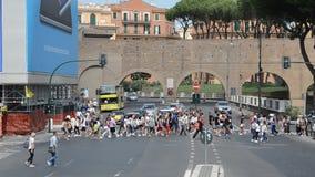 罗马,意大利- 2018年8月:人们去的行人交叉路和汽车被在罗马拥挤的街上的红绿灯驾驶  影视素材