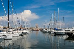 罗马,意大利- 2018年8月:在聂图诺港的游艇在一个晴朗的夏日 免版税库存照片