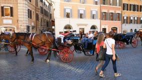 罗马,意大利- 2017年6月:有马等待的游人的支架西班牙正方形的在意大利首都的街市 股票视频