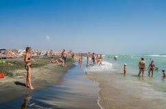 罗马,意大利- 2017年7月:游人基于第勒尼安海在一个热,晴朗的夏日在Ostia 库存图片
