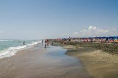 罗马,意大利- 2017年7月:游人基于第勒尼安海在一个热,晴朗的夏日在Ostia 库存照片