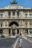 罗马,意大利- 2018年8月:进来在正义对面'Corte di Cassazione'宫殿的桥梁的年轻俏丽的女孩游人  免版税库存照片