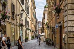 罗马,意大利- 2014年6月17日:使罗马狭窄被修补的街道有人的走沿它的,罗马,意大利 库存图片