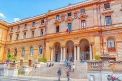 罗马,意大利- 2017年5月08日:在罗马大学L附近的学生` s 图库摄影