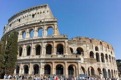 罗马,意大利- 2017年6月23日:在罗马斗兽场前面的人们在市罗马 免版税图库摄影
