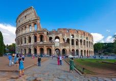 罗马,意大利- 2016年9月12日:游人拍照片近的著名观光和纪念碑罗马斗兽场 免版税库存照片