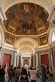 罗马,意大利- 2017年9月02日:访客观光对在天花板的圆顶在梵蒂冈博物馆里面 免版税库存照片