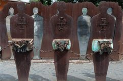 罗马,意大利- 2009年4月23日-人的图金属雕塑用被束缚的手 库存图片