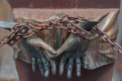 罗马,意大利- 2009年4月23日-人的图金属雕塑用Mimmo束缚的手Paladino是纪念碑给t的受害者 免版税库存图片