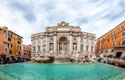 罗马,意大利- 2017年12月26日- hundre围拢的Trevi喷泉 库存图片