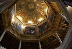 罗马,意大利- 4月, 19 :与圣经的故事的被绘的圆顶在 库存图片