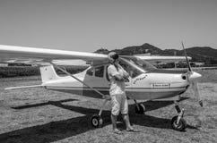 罗马,意大利- 2017年7月:一个小型飞机Tecnam P92-S回声的勇敢的年轻人飞行员 免版税库存图片