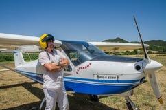 罗马,意大利- 2017年7月:一个小型飞机Tecnam P92-S回声的勇敢的年轻人飞行员 库存照片