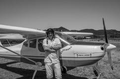 罗马,意大利- 2017年7月:一个小型飞机Tecnam P92-S回声的勇敢的年轻人飞行员 免版税图库摄影