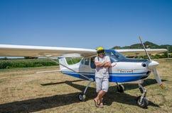 罗马,意大利- 2017年7月:一个小型飞机Tecnam P92-S回声的勇敢的年轻人飞行员 免版税库存照片