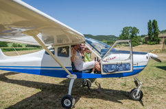 罗马,意大利- 2017年7月:一个年轻家庭父亲、母亲和女儿一架小型飞机Tecnam P92-S的客舱的随声附和 库存图片