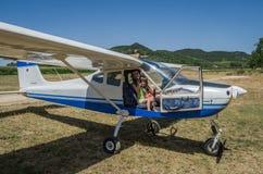 罗马,意大利- 2017年7月:一个年轻家庭父亲、母亲和女儿一架小型飞机Tecnam P92-S的客舱的随声附和 免版税库存图片
